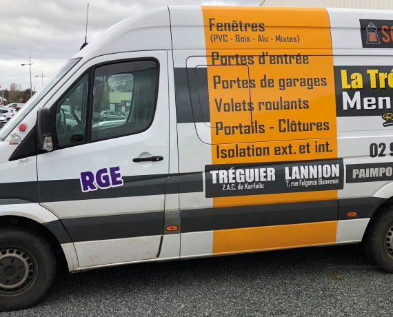 Camion d'intervention de La Trécoroise Menuiserie, pour tous vos travaux de fenêtres, portes et volets Solabaie près de Lannion