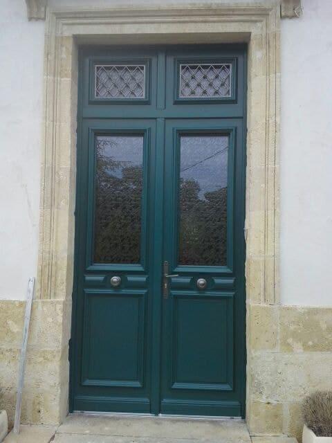 Pose d une porte d entr e ral 6004 vert bleu hostens par amf - Porte entree bois sur mesure ...