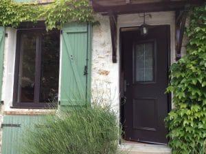 Chantier en rénovation avec la pose d'une fenêtre aluminium et d'une porte d'entrée aluminium