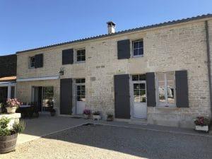 Face avant d'une maison de Saint-Pezenne, travaux de rénovation avec menuiseries Composium par Solabaie Niort