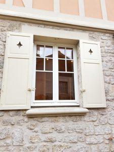 Fenêtre sur mesure à la française, avec 2 vantaux à petits bois, installée par D'Eco Ouest