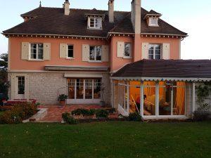 Rénovation d'une maison entière avec des menuiseries bois blanches par D'Eco ouest Solabaie