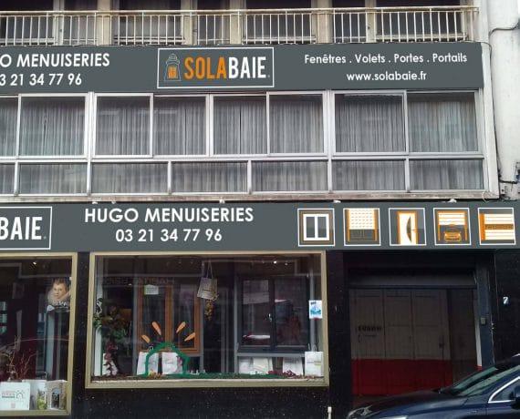 Devanture du magasin de votre installateur Solabaie Hugo Menuiseries à Dunkerque, pour la pose de volets, portes, portails et fenêtres sur mesure