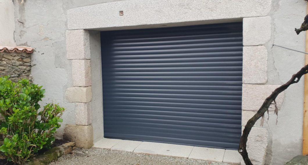Porte de garage enroulable teintée d'un RAL 7016 Gris anthracite posée par ADECI