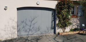 Porte de garage latérale grise modèle Louxor avec hublots aluminium Regard, posée par ADECI, installateur Solabaie