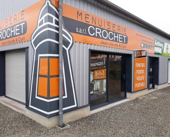 Vue de biais avec le phare près de l'entrée du magasin de la Menuiserie Crochet à Saint-James