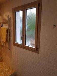 Réalisations de Solabaie Saint-Ouen-l'Aumône : Pose dans une salle de bain d'une fenêtre mixte gamme SO' intérieur bois extérieur aluminium dans une salle de bain avec un vitrage décoratif
