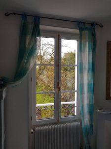 Réalisations de Solabaie Saint-Ouen-l'Aumône : Fenêtre bois blanche et crémone décorative en laiton