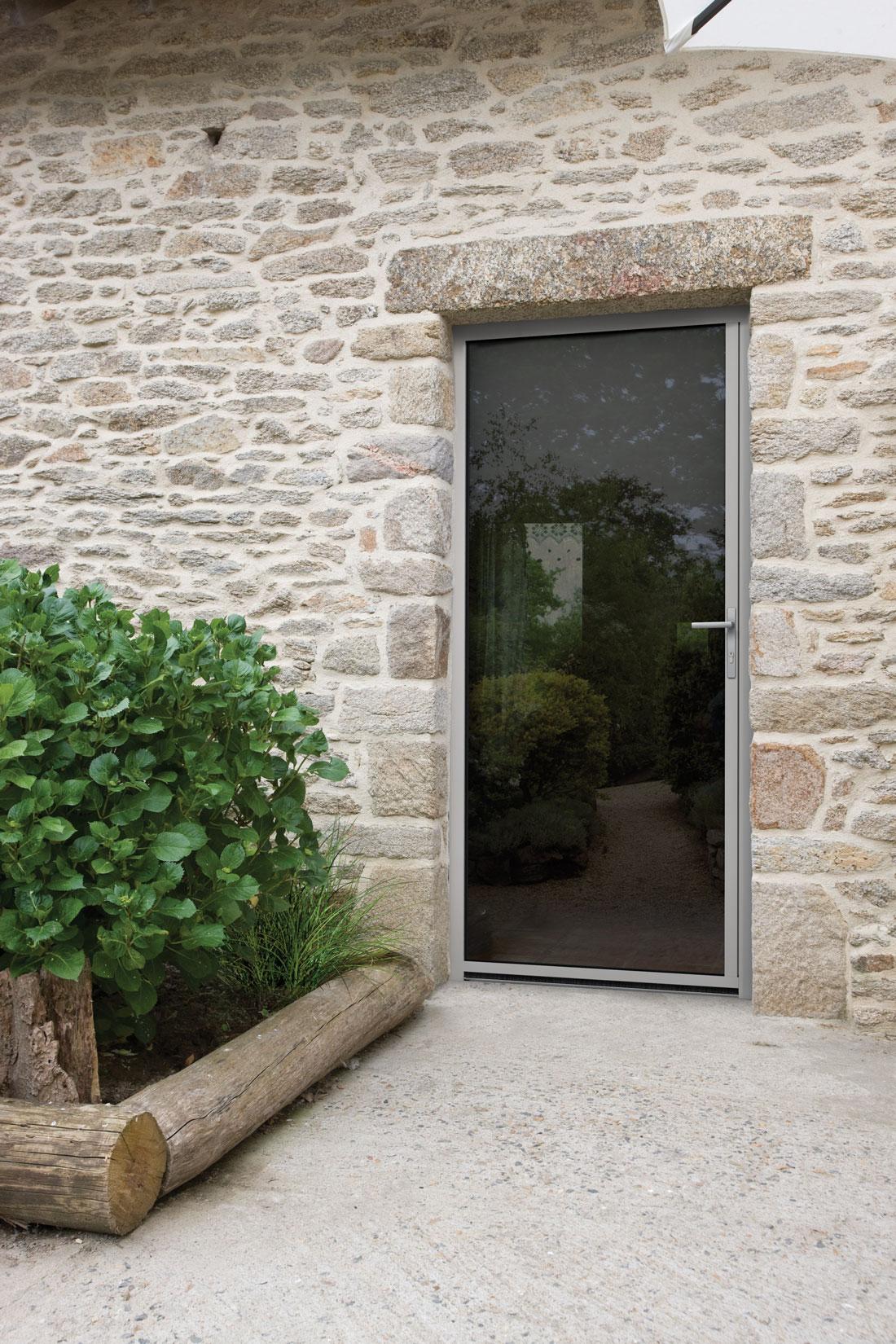 porte de service aluminium gris clair maison traditionnelle solabaie. Black Bedroom Furniture Sets. Home Design Ideas